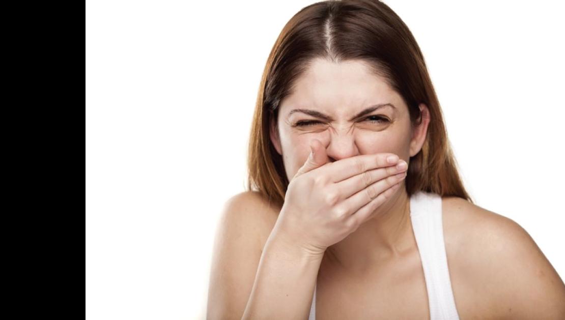 Djevojka sa izrazom lica koji aludira na loš zadah