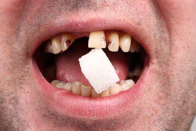 Slika osobe koja jede šećer